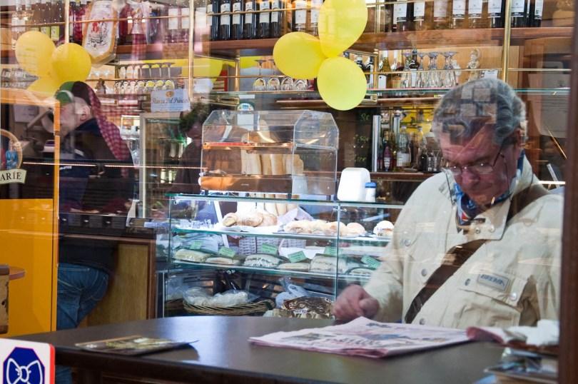 Reading the news, Typical Italian bar, Palazzo della Ragione, Piazza delle Erbe, Padua, Italy - www.rossiwrites.com
