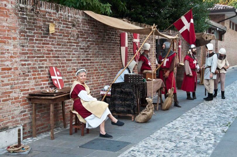 Mediaeval knigths and a wench, Castelfranco Veneto, Italy - www.rossiwrites.com