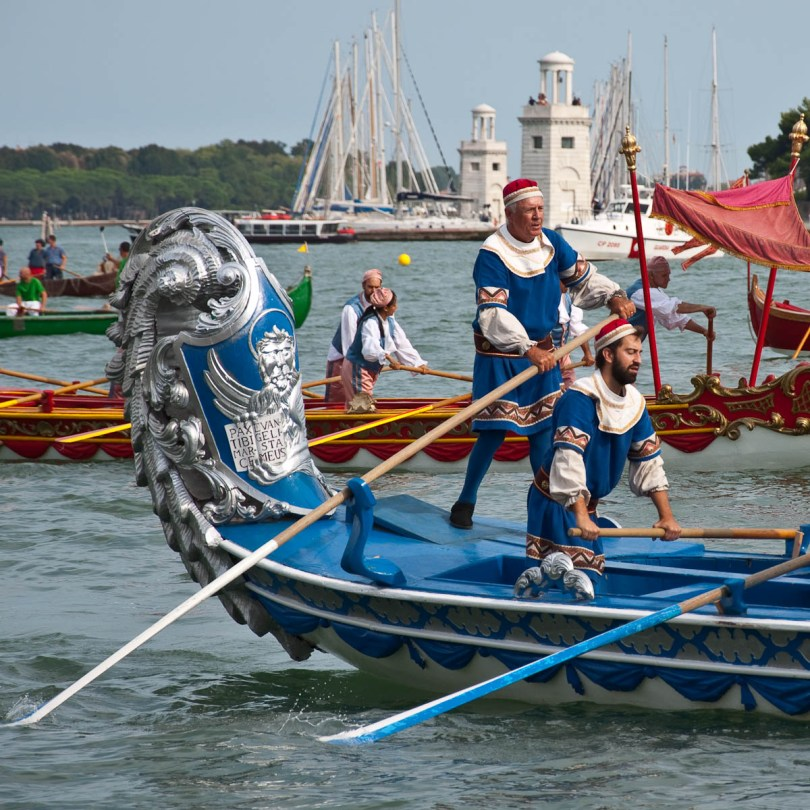 Oarsmen, a sumptuous boat, Historical Regatta, Venice, Italy - www.rossiwrites.com
