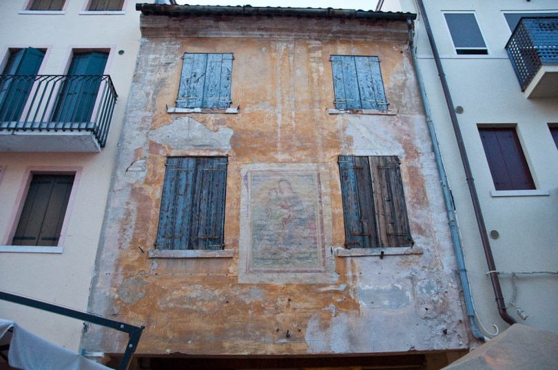 Painted house on the main street, Mediaevil Fair, Castelfranco Veneto, Italy - www.rossiwrites.com