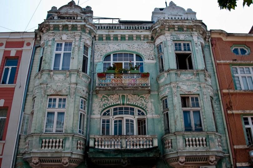 dilapidated-green-facade-varna-bulgaria-www.rossiwrites.com