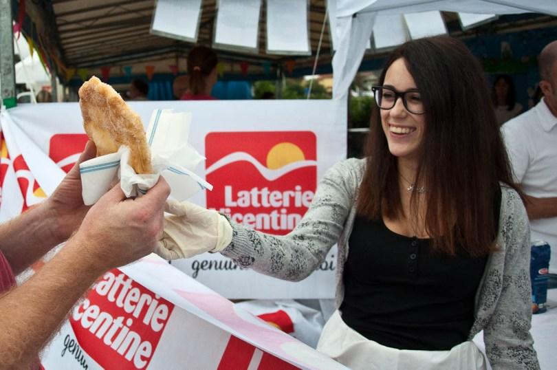 handing-a-frittella-del-luna-park-to-a-customer-bressanvido-italy-www.rossiwrites.com