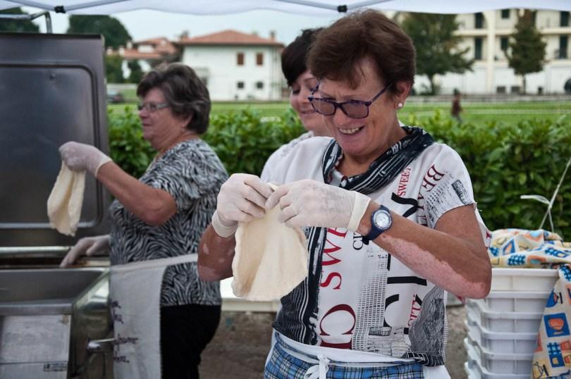 stretching-the-dough-for-a-frittella-del-luna-park-bressanvido-italy-www.rossiwrites.com