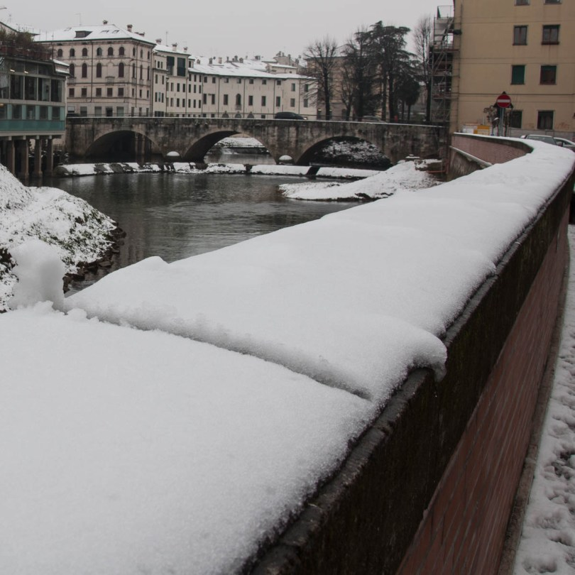 The riverbank in the snow - Vicenza, Veneto, Italy - www.rossiwrites.com