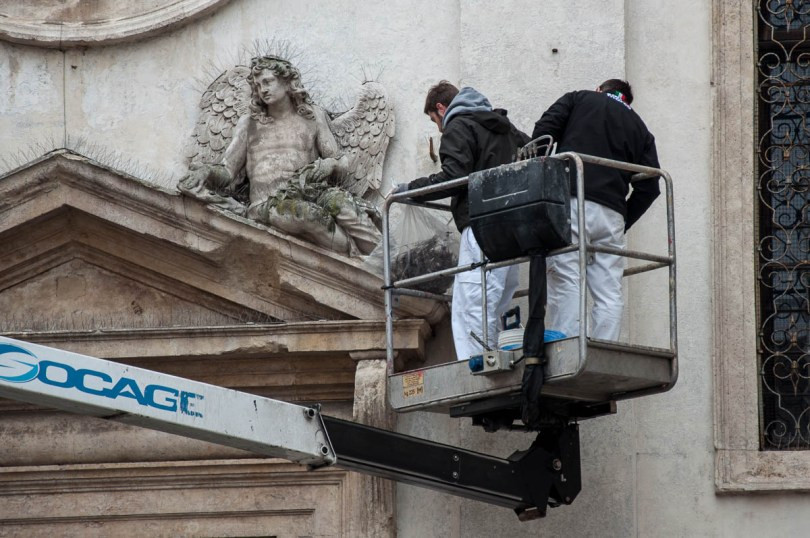 Two workers are cleaning the statues on a church facade - Vicenza, Italy - www.rossiwrites.com