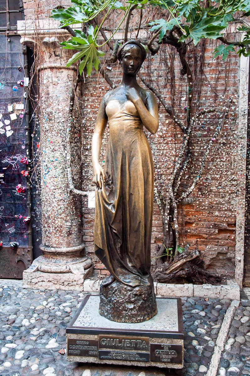 Juliet's statue - Juliet's House, Verona, Italy - www.rossiwrites.com