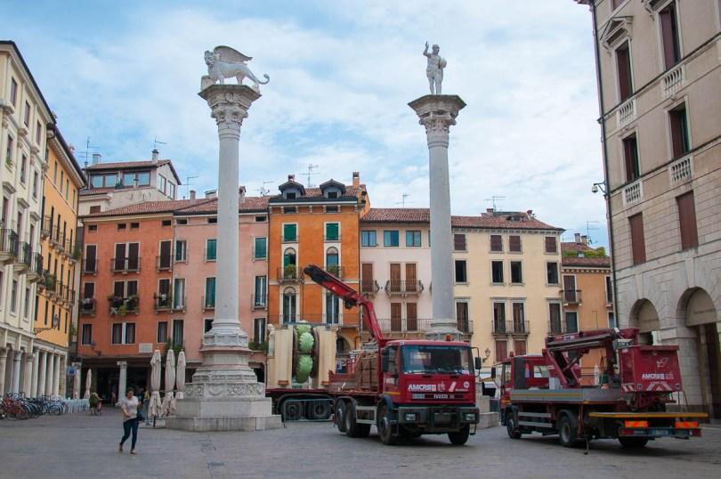 Erecting the symbol of Vicenza - La Rua for the historical procession and celebration Il Giro della Rua 2017 - Vicenza, Veneto, Italy - www.rossiwrites.com