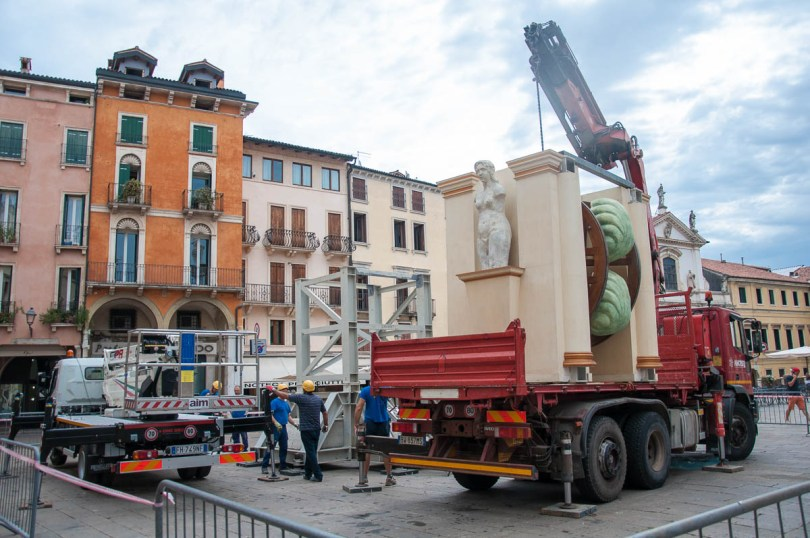 Erecting the symbol of Vicenza - La Rua for the historical procession and celebration Il Giro della Rua 2017 - Vicenza, Veneto, Italy - www.rossiwrites.com