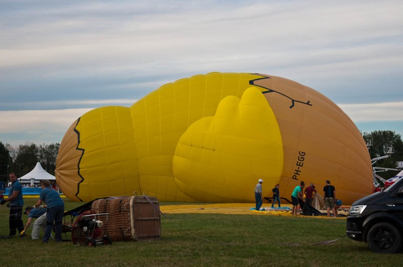 Getting the Chicken balloon ready - Ferrara Balloons Festival 2016 - Italy - www.rossiwrites.com