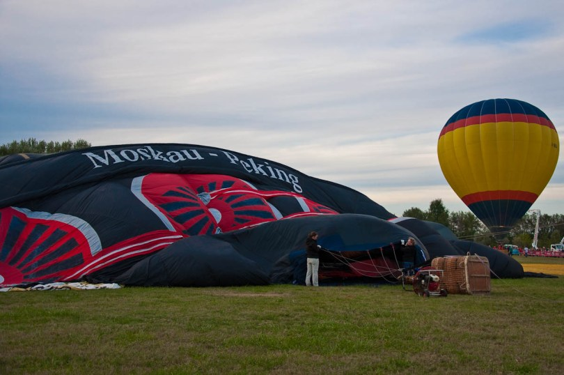 Getting the Orient Express balloon ready - Ferrara Balloons Festival 2016, Italy - www.rossiwrites.com
