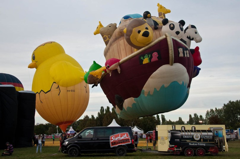 The Chicken and Noah's Ark balloons - Ferrara Balloons Festival 2016 - Italy - www.rossiwrites.com