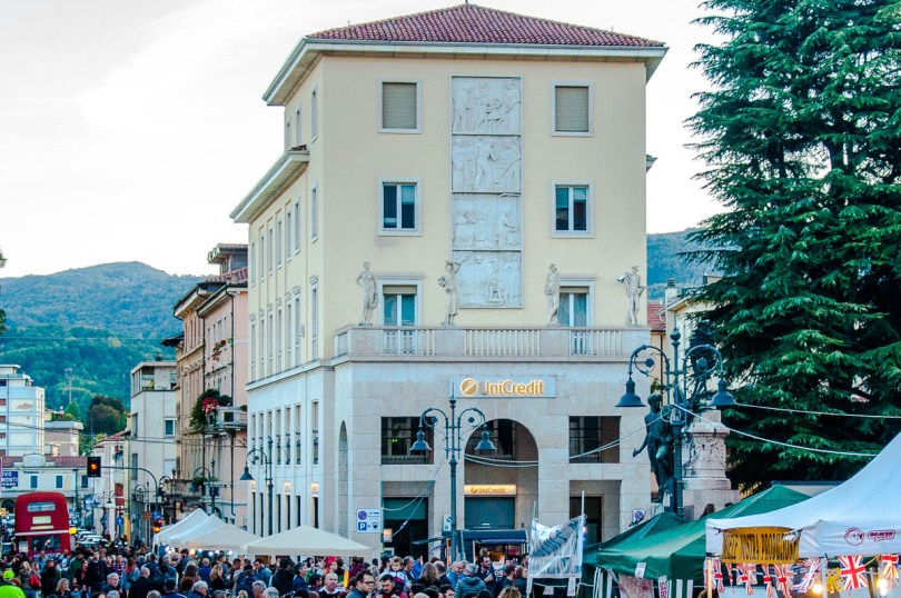 The crowd on the main street - British Day Schio - Veneto, Italy - www.rossiwrites.com