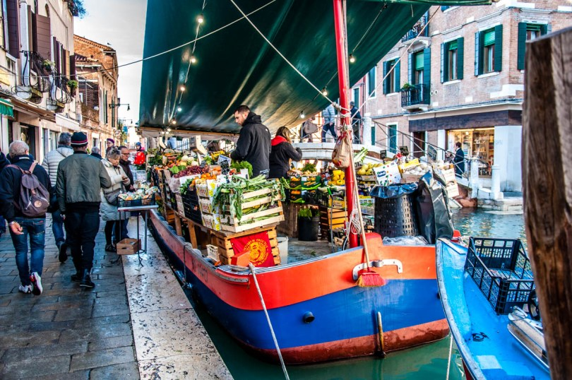 A barge operating as a fruit and veg shop - Venice - www.rossiwrites.com