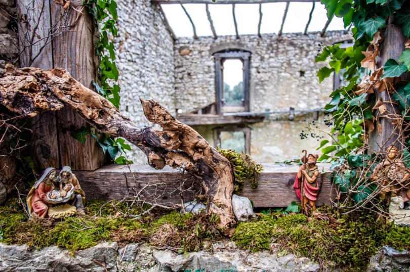 Nativity Scene on the windowsill of a ruined house - Campo di Brenzone, Lake Garda, Italy - www.rossiwrites.com