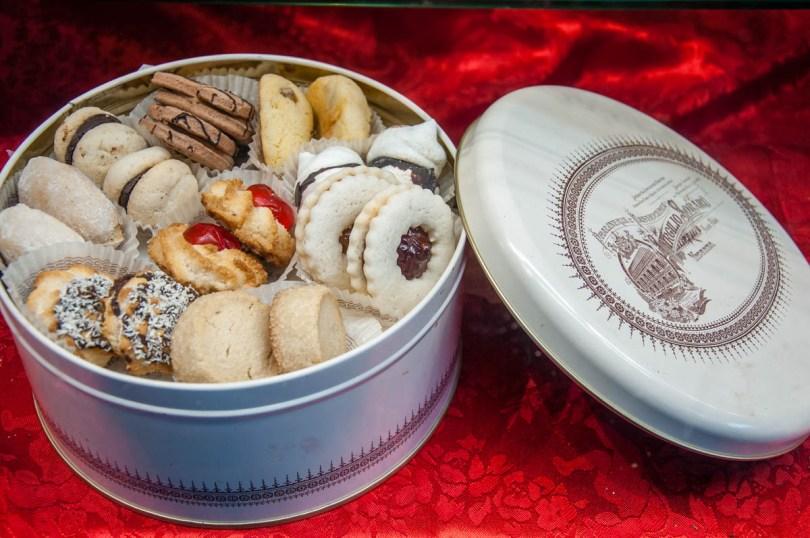Tin with handmade biscuits - Pasticceria Soraru - Vicenza, Veneto, Italy - rossiwrites.com