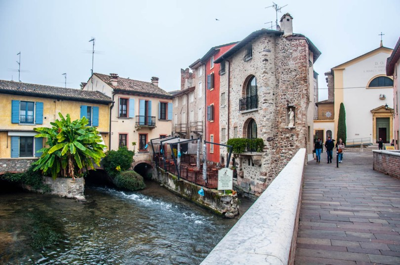 The hamlet seen from the bridge - Borghetto sul Mincio, Veneto, Italy - www.rossiwrites.com
