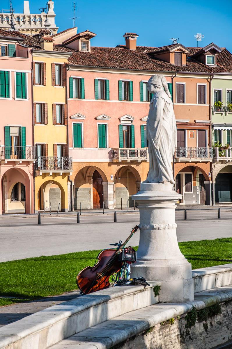 Statue and a violoncello at Prato della Valle - Padua, Veneto, Italy - rossiwrites.com