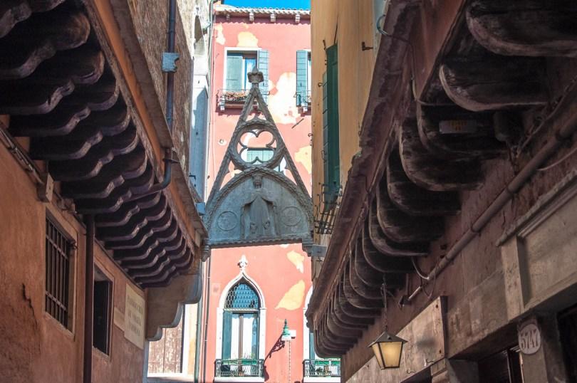 Arco del Paradiso with traditional barbacani - Calle del Paradiso - Castello, Venice, Veneto, Italy - rossiwrites.com