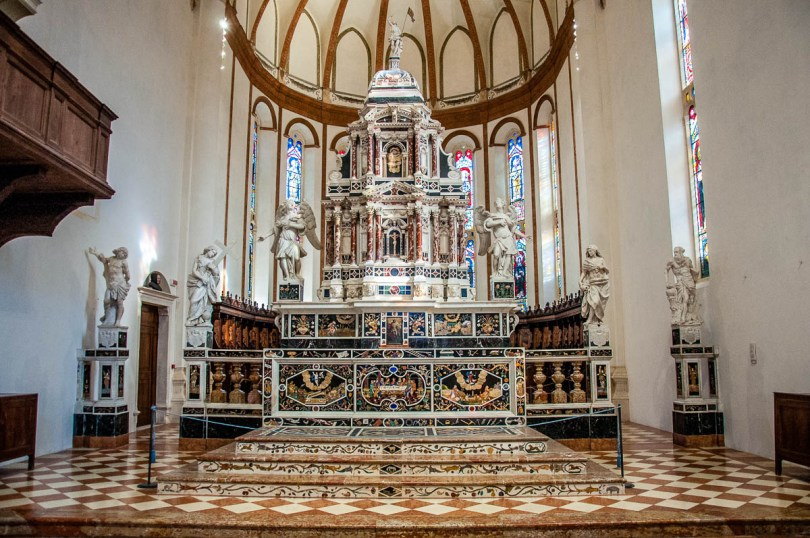 The altar in the Church of Santa Corona - Vicenza, Italy - rossiwrites.com