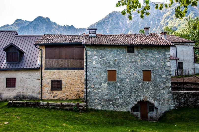 Houses in Casare Asnicar - Sentiero dei Grandi Alberi - Province of Vicenza, Veneto, Italy - rossiwrites.com
