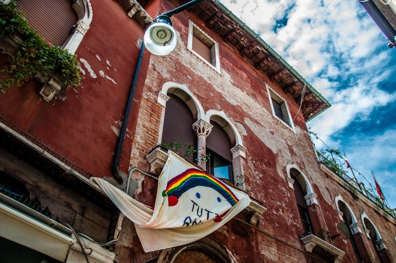 Andra tutto bene poster on a house in Dorsoduro - Venice, Italy - rossiwrites.com