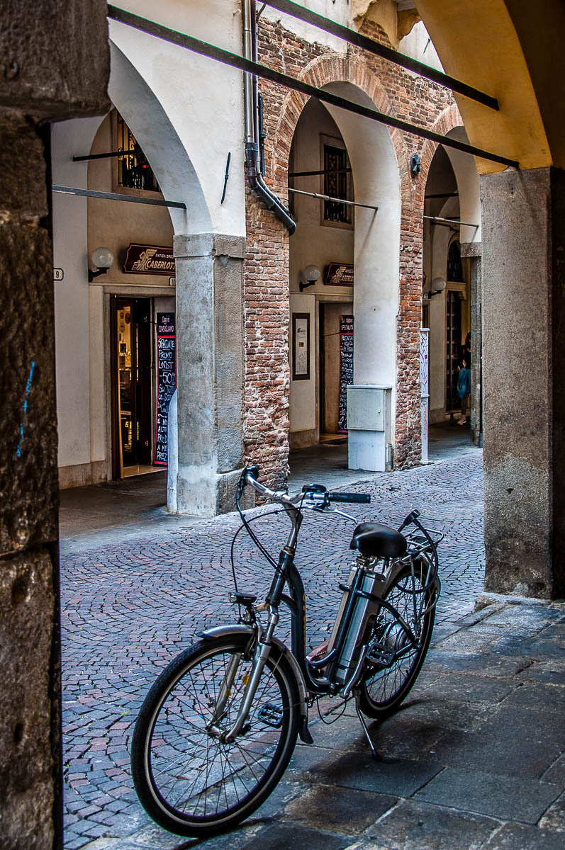 Bicycle parked under a portico - Padua, Veneto, Italy - rossiwrites.com
