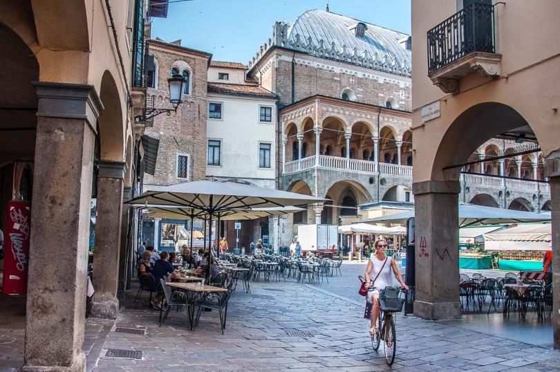 Palazzo della Ragione and the daily market on Piazza della Frutta - Padua, Italy - rossiwrites.com