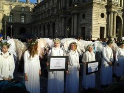 In Paris: Engel schützen die Erde gegen den Klimawandel