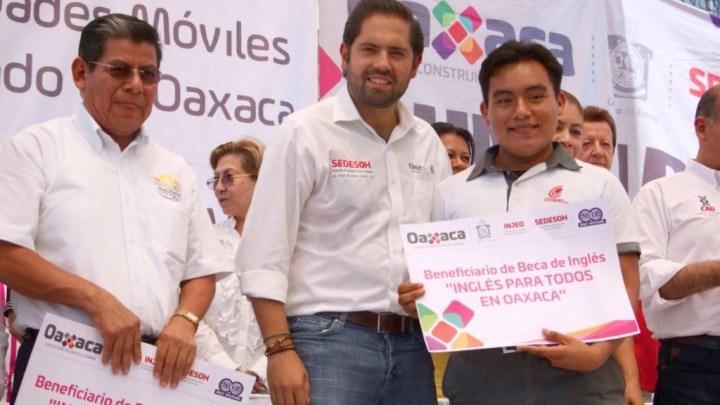 Entrega Sedesoh apoyos sociales en Pinotepa Nacional