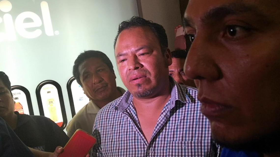 Demandan al IEEPO por adeudo a 180 maestros, según los denunciantes