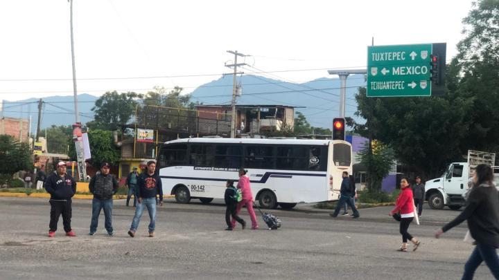 Habitantes de San Sebastián Tutla, cumplieron su advertencia: Bloquean los caminos de su territorio hacia la Ciudad de Oaxaca