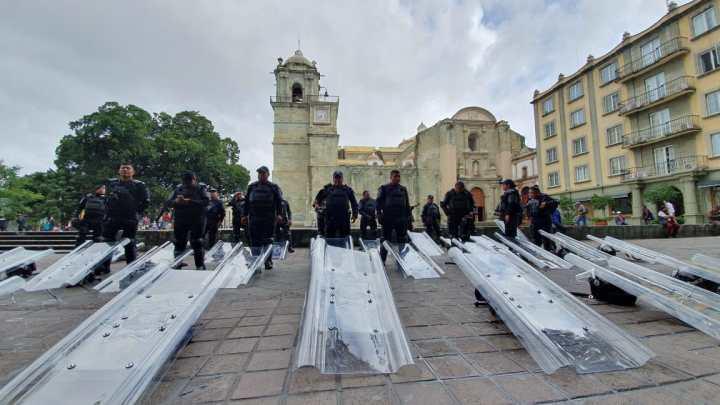 Policías Municipal y Estatal resguardan accesos al zócalo de Oaxaca de Juárez
