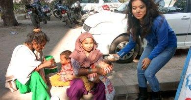 Club President Himanshi Joshi provides food to a family.