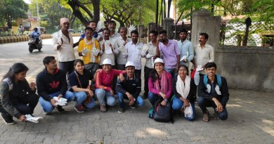 Rotaractors distribute gloves to the municipal corporation workers in Nagpur.