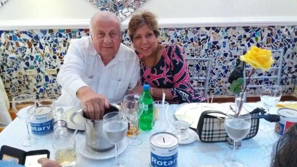 Abraham Arbaje y Olga de los Santos con sus alcancías de la Fundación Rotaria