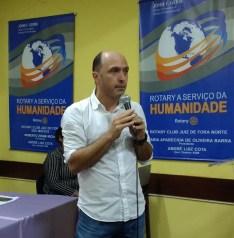 Guilherme Côrtes Fernandes, associado do Rotary Club Juiz de Fora Norte, palestra sobre a Missão Médica realizada em Uganda.