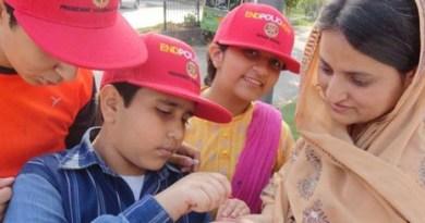622-245_Administering-polio-drops