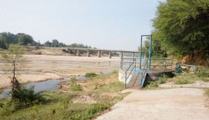Lift irrigation system on the bed of the River Aursung.