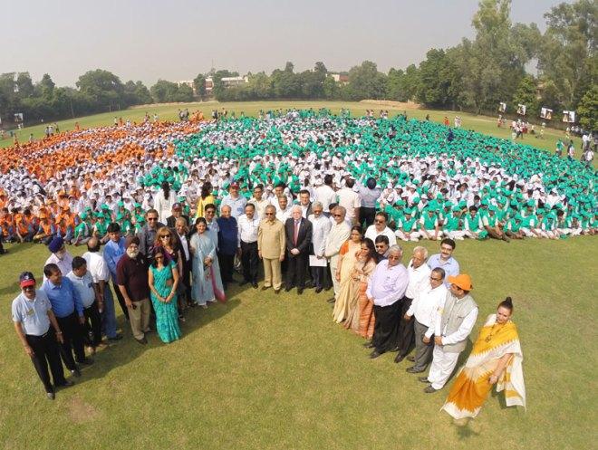 PRIP Rajendra K Saboo, TRF Trustee Sushil Gupta, PRID Ashok Mahajan, INPPC Chair Deepak Kapur, DGs Sharat Jain and N Subramanian and other Rotarians with school students.