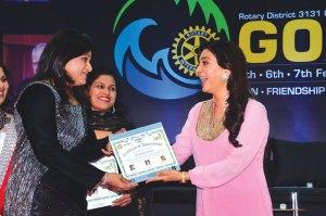 Dipti Aranha felicitates Juhi Chawla.