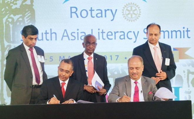 CEO of EkStep Foundation Shankar Maruwada and RILM Chair Shekhar Mehta sign an MoU in the presence of PDG Rajendra Rai, PRID M K Panduranga Setty and E-learning Chair Ravi Prakash Langer.