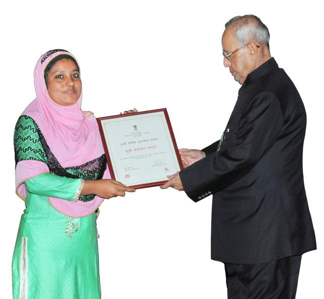 Anoyara Khatun receiving the Nari Shakti Puraskaar from the President of India Pranab Mukherjee.