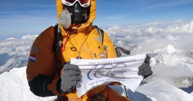 Rtn Olivier Vriesendorp on the Everest summit.