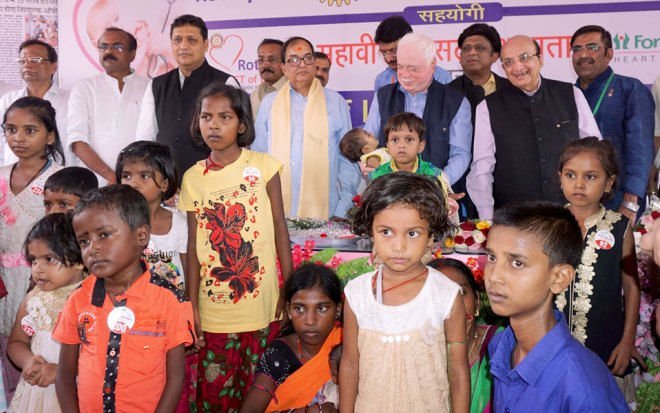 TRF Trustee Sushil Gupta, DG Vivek Kumar and PRID Ashok Mahajan, along with the CHD patients at the screening camp in Patna. Also seen: PDG L B Singh (far left). Project Chair Sushil Poddar and Project Convener Anant Arora (right).