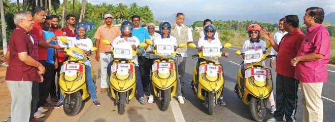 (From L) Rotarians Meena Subbiah, Lakshmi Balaji, Vinitha Mohan, Shanmugavalli Nallasivam and Neelavathi Gopalakrishnan on their way to Batlagundu.