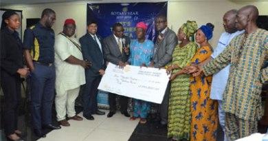 District Governor Dr Adewale Ogunbadejo presents credit support to Sura Market Traders Association.