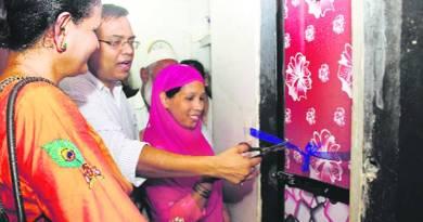 Thane Municipal Commissioner Sanjeev Jaiswal inagurates a toilet in Kranti Nagar settlement on Wednesday. Photo: Deepak Joshi