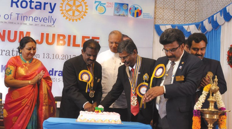 DG Chinnadurai Abdullah (second from right) and Club President P Chockalingam cut the anniversary cake in the presence of PRIP K R Ravindran and his spouse Vanathy.