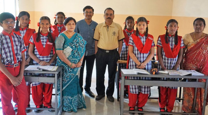 Rotary school headmistress Bharathi Hosakeri, Club Secretary Rajesh Korishetar (centre) and President-elect Dr P Muni Vasudeva Reddy along with Class 9 students and their teacher.
