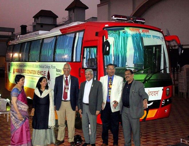 From L: Anjali Telang, DGND Rashmi Kulkarni, RC Poona President Prakash Telang, PDG Vinay Kulkarni, Rajesh Bahl and District Medical Services Director Anil Parmar with the blood collection vehicle.